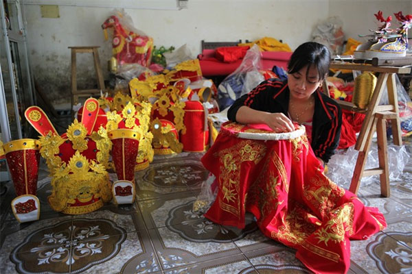 The traditional embroidery craft in Dong Cuu village